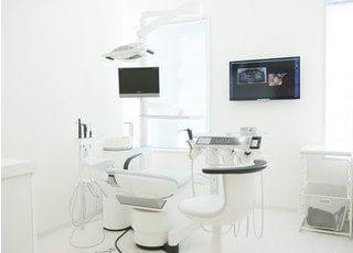 診療室は光が差し込む、清潔で明るい診療室です。