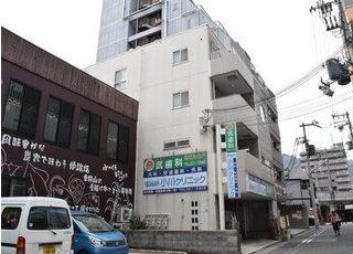 茶色い建物が見えたら左にまがっていただくと看板が見えます。