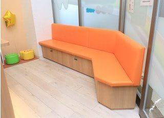 待合室です。お待ちの時間はソファにお掛けください。