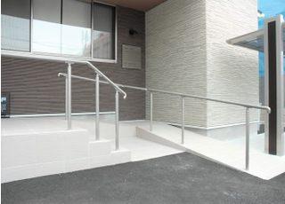入口はスロープになっておりバリアフリーに対応しております。