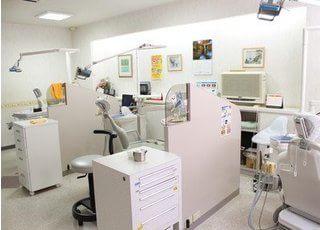 診療室です。パーテーションで仕切られているので、周りを気にせず治療できます。