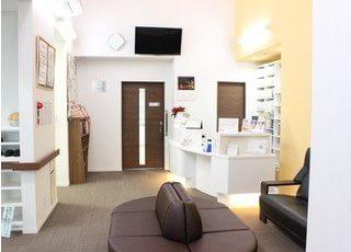 待合室はとても広いスペースをとっております。