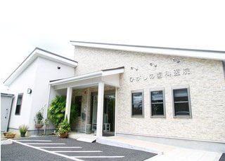 医院の外観写真です。白を基調とした清潔感ある建物です。