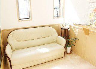 待合スペースです。ソファでごゆっくりおくつろぎください。