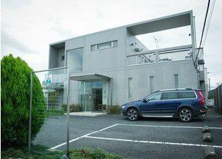植草歯科医院の外観です。駐車場もございますので、お車でもお越しいただけます。