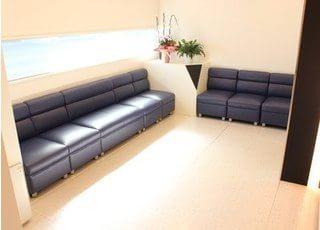 ゆったりとしたソファでお待ちください。
