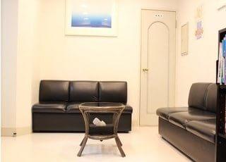 ふかふかなソファーがある待合室でお待ちください。