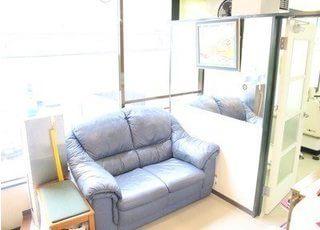 待合室にはふかふかのソファーがあります。リラックスしてお待ちください。