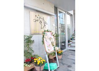 出入り口にはさまざまな種類のお花を飾っております。