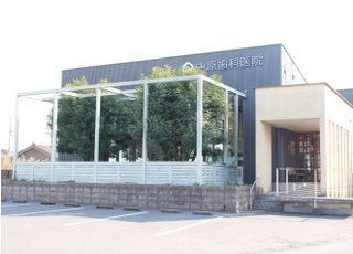 中原歯科医院の外観です。西原停留所から徒歩2分の場所にあります。