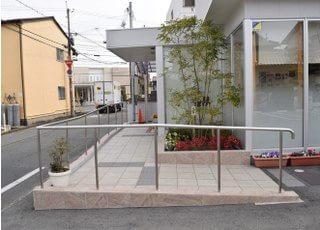 入り口はスロープがございますので、ベビーカーや車いすをご利用の方はこちらから、お入りください。
