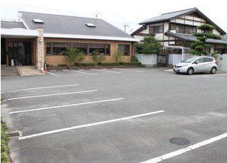 広い駐車場があるので、運転が苦手な方も安心して通院できます。