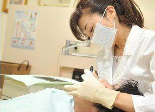 治療風景です。治療を通じて患者様の魅力や治癒力を引き出すお手伝いをしたいと思っています。