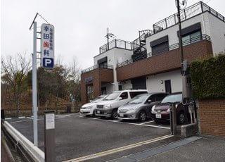 医院の駐車場は4台までお停めいただけますので、お車でお越しの際はご利用ください。