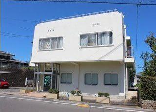 大場歯科医院の外観です。白い建物を目印にお越しください。