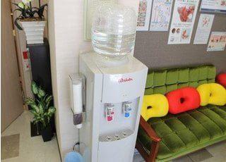待合室にはウォーターサーバーも用意されており、患者様への細かい配慮が見られます。