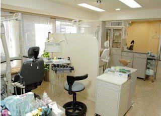 診察室は広々と、開放感溢れる空間となっております。