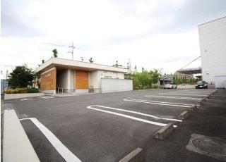 お車でお越しの方は、医院敷地内の駐車スペースをご利用ください。