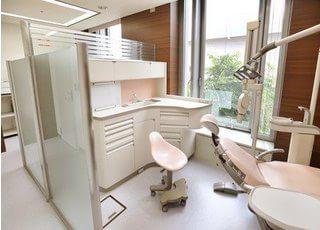 診療スペースは採光を取り入れた開放的な空間になっています。