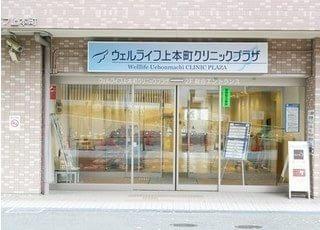 上本町ヒルズ歯科クリニックの外観です。駐車場も完備しています。