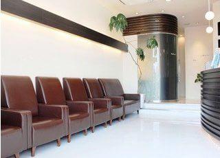 自慢の受付と待合室です。ホテルのフロントのような素敵な雰囲気です。