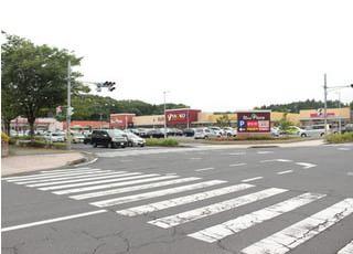 大きな駐車場がございますので、お車でも無理なくお越し頂けます。