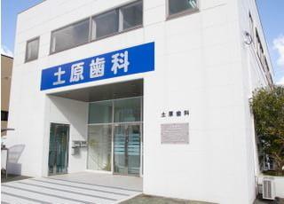 大きな看板と白くて四角い建物がよく目立ちます。