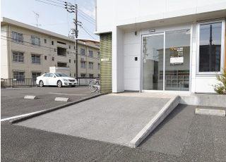 院内はバリアフリーになっており、入り口はスロープになっております。
