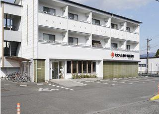 建物正面に8台分の駐車スペースがあります。