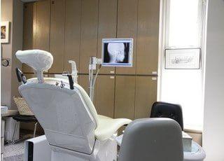 診療チェアです。治療ではモニターを使用します。