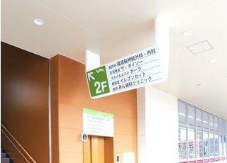 こちらより2階にお上がりください。