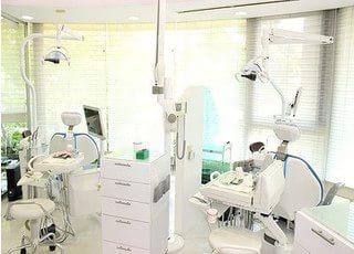 診療室です。チェアの前には大きな窓があり、開放的な空間で治療を受けられます。