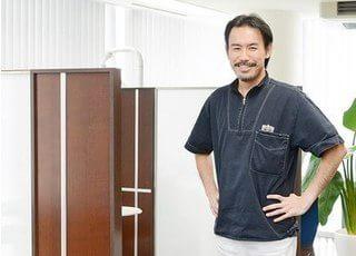 理事長の飯田です。治療になると、どの患者様も最初は緊張されていますので、その緊張を極力緩和させるような環境作りをし徹底しています。