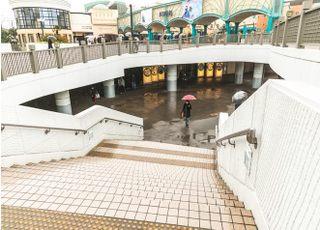 舞浜駅を出て左へ進んでいただくと階段がありますので、こちらを下りてください。