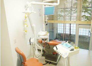 診療スペースは窓に面しているので、開放感があります。