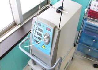 さまざまな機器を使用して治療を行います