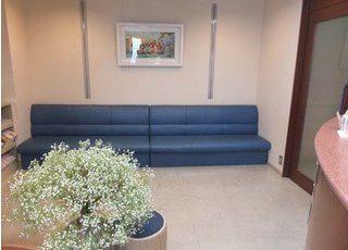 待合室です。ソファにおかけになってお待ちください。