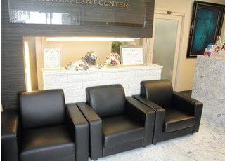 待合スペースです。リラックスできる座り心地の良いソファをご用意しています。