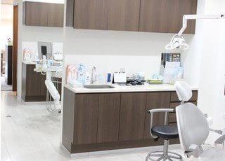 診療室です。患者様のプライベートを守るために半個室の空間を作り出しています。