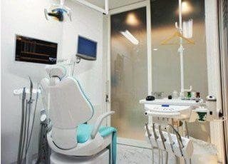 診療室です。プライバシーに配慮した工夫がされています。