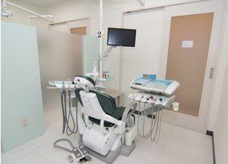 診療ユニットです。各スペースはパーテーションで仕切られておりますので、周りの目を気にせずに治療に専念いただけます。