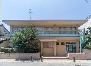 岩崎歯科医院の外観です。八代駅から車で9分の位置にございます。