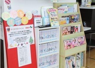 本や雑誌、漫画をご用意しています。待ち時間にご自由にお読みください。