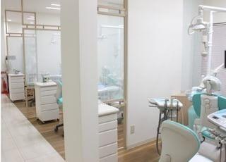 各診療チェアーはしっかりと区切られた半個室スペースになっています。