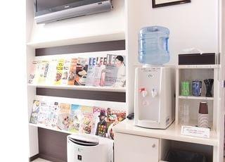 待合室に雑誌やウォーターサーバーを用意しています。