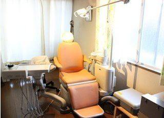 診療チェアはオレンジ色の温もり溢れるデザインになっています。