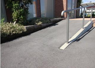 医院入口にはスロープがあります。車椅子やベビーカーの方も入りやすくなっています。
