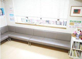 広々としたソファーがございます。こちらでお待ちください。