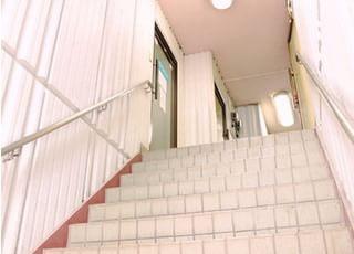 精肉店横の階段を上がっていただいて2階にあります。来院の際、お帰りの際はお気をつけください。