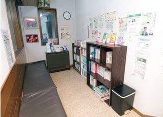 待合室には絵本や雑誌など、様々な本がございます。ぜひご覧になってお待ちください。